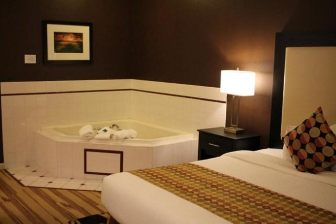 Whirlpool suite in Best Western Plus Des Moines West Inn & Suites, AI