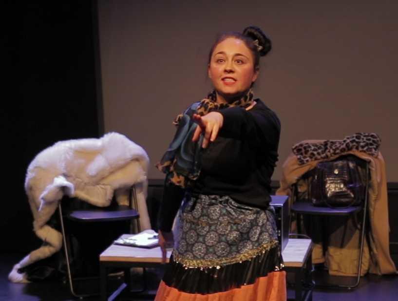 O româncă pe scena teatrului Luchana din Madrid