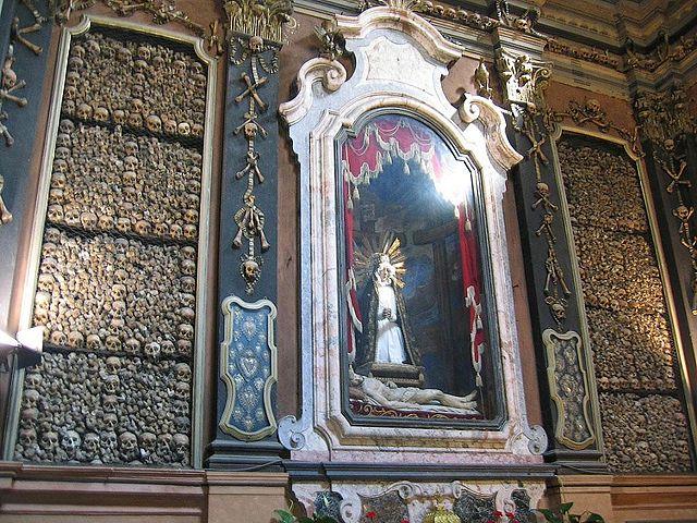 O altar barroco da capela do ossario