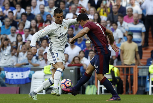 Cristiano Ronaldo dribbling an opponent in Real Madrid vs Eibar, for La Liga 2016-17