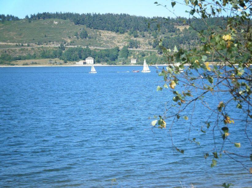 optimist sur le lac naussac enfants vacances lozère