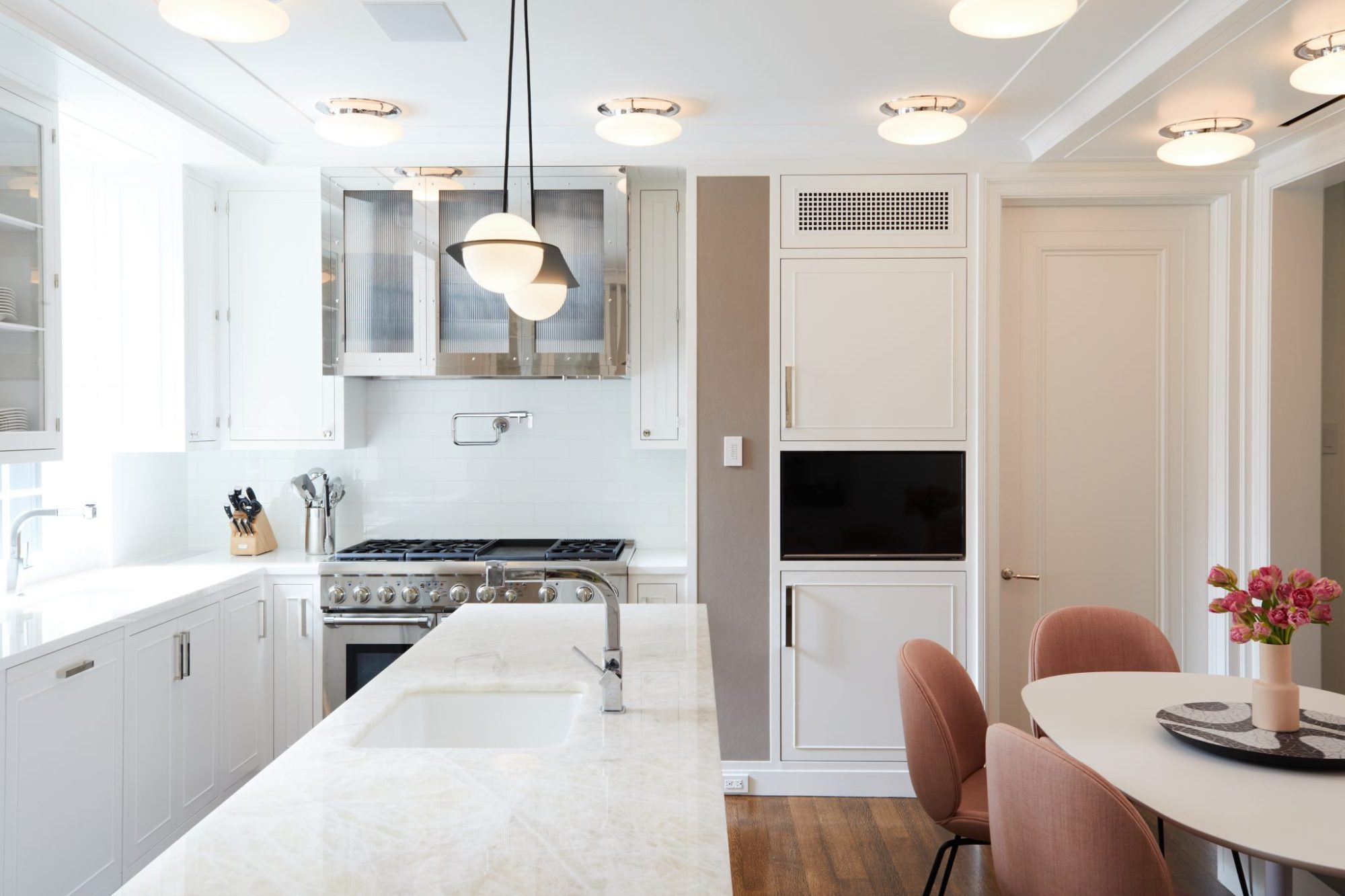 park avenue kitchen with modern lighting lambert & fris and Gubi chairs.