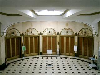 すでに失われた三信ビルのエレベータホール