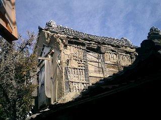いまにも崩壊しそうな古い建物が・・・