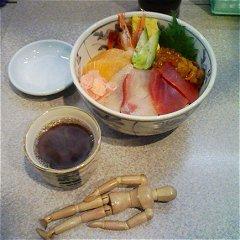 市場丼(マグロ、タイ、サーモン、エビ、ウニ、厚焼き卵)