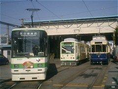 出発待ち8500形(左)と最新9000形車両(右)