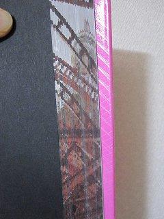 前小口部分を斜めにすると東京タワーの絵が現れる。逆はエッフェル塔。