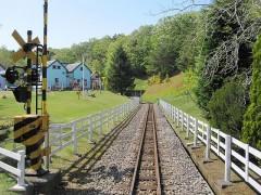 ロムニー鉄道の踏切を渡る