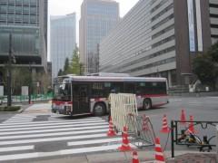 バリケードをかいくぐる東急バス