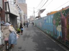 新宿方面へ線路沿いに歩く