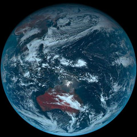 気象衛星ひまわり8号がとらえた地球全体のカラー写真