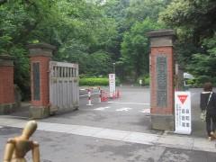 守衛さんの勧めで、駅前の門からではなく正門から入った