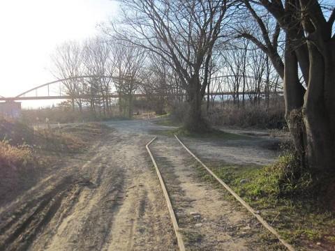 線路は入間川の河川敷まで…