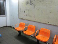 待合室にはトイレとベンチ