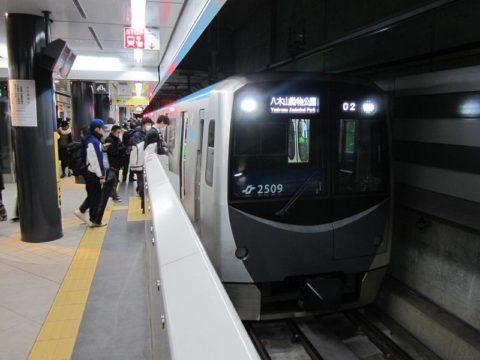 地下鉄東西線の電車がやってきた