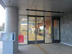 地下鉄駅の入口に自動扉