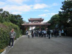 首里城へ…守礼門