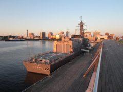 朝日に映える護衛艦