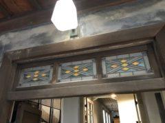 玄関上部にステンドグラス