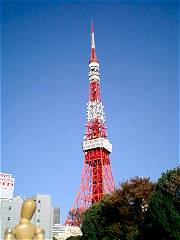 青空に浮かぶ東京タワー