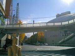 東京ドームの脇を通る