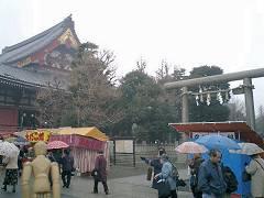 左が浅草寺、右が浅草神社の鳥居