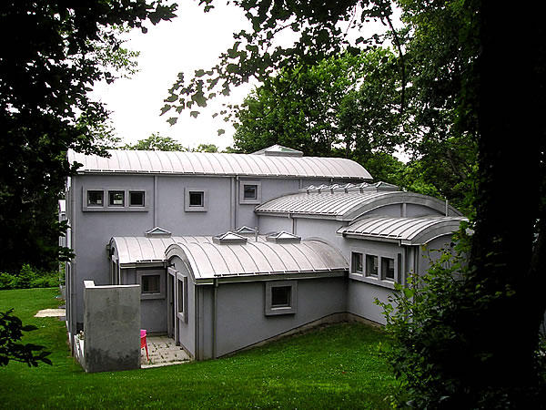 curved-metal-roof-on-a-residence