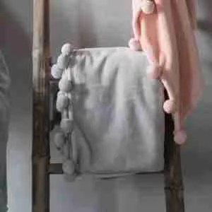 Grey pompom throw Rooi