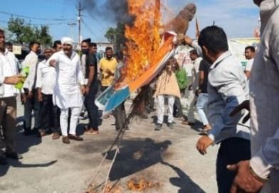 लक्सर गुज्जर बिरादरी के लोगों ने खानपुर विधायक कुंवर प्रणव सिंह चैंपियन का फूंका पुतला ,चैंपियन द्वारा सम्राट मिहिर भोज पर की गई टिप्पणी से नाराज है गुज्जर बिरादरी के लोग