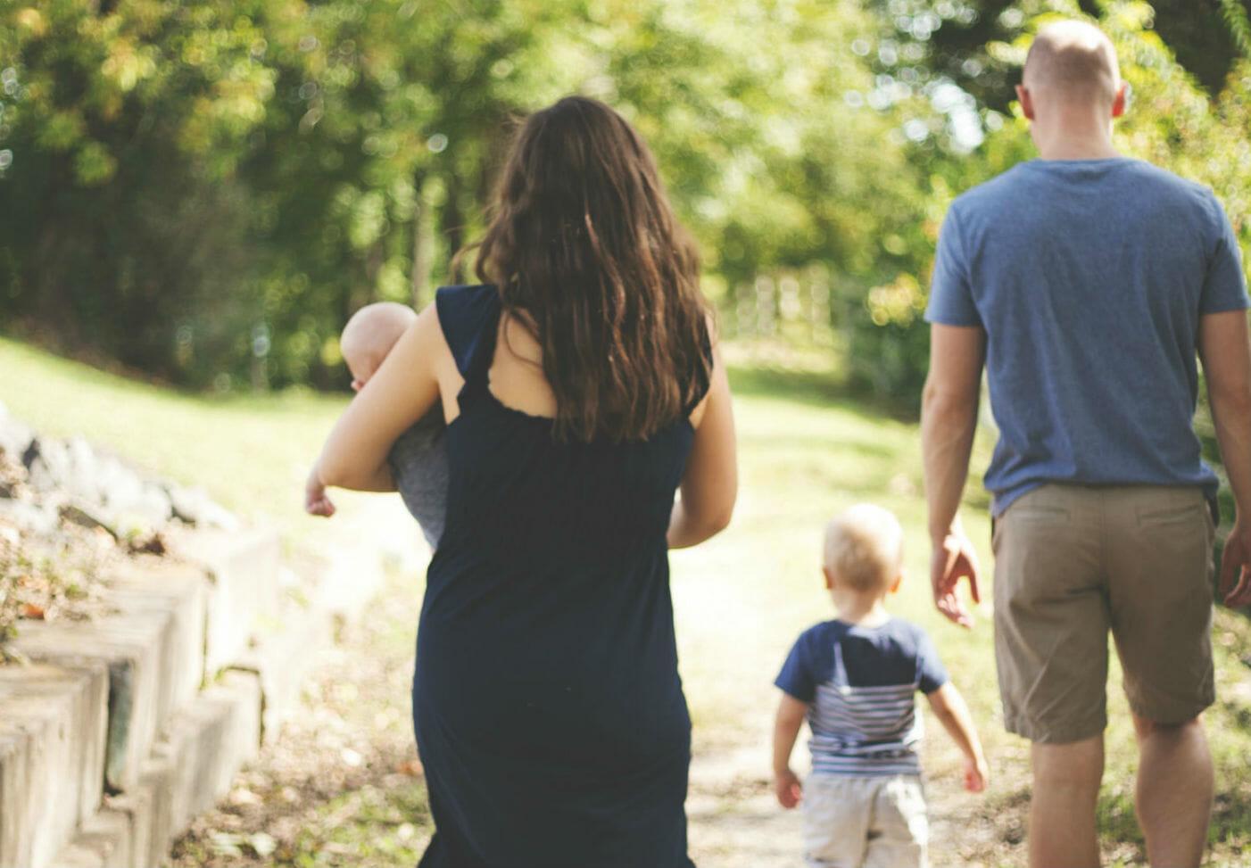 Mamá, papá, bebé y niño