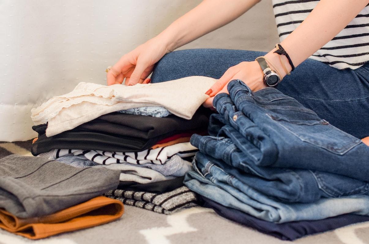 Fotografía de una persona ordenándose el armario