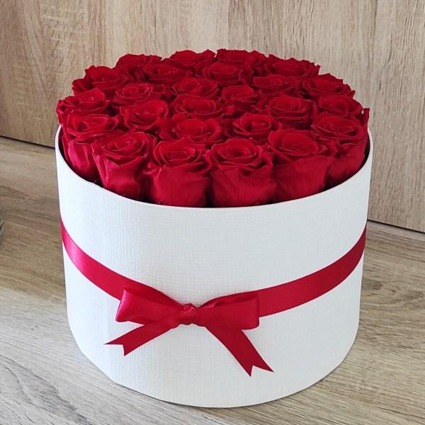 scatola tonda bianca con 25 rose stabilizzate di colore rosso e nastro rosso abbinato
