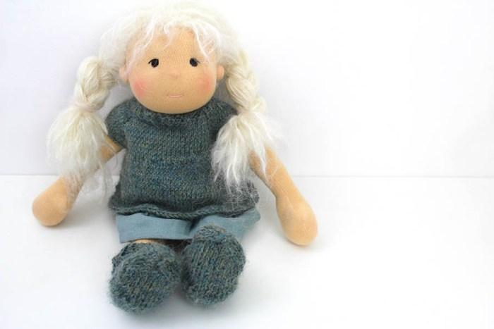 Waldorf inspirierte Puppe mit Zöpfen