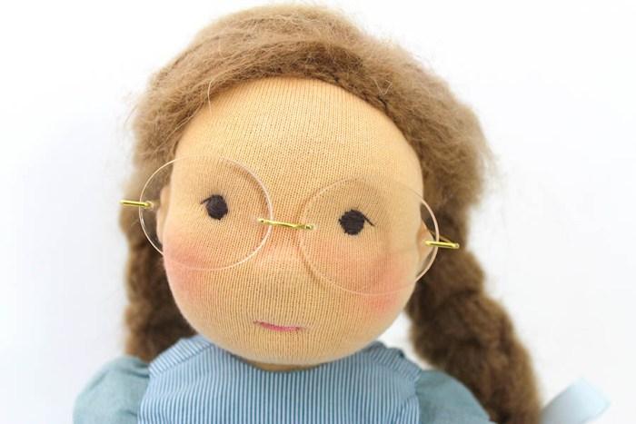 Puppe mit Brille