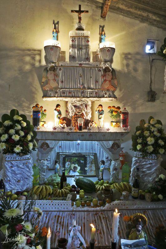 Típico altar montado para honrar la memoria de los seres queridos difuntos durante la celebración del Día de Muertos en México (foto: Alejandra Pérez Alva).