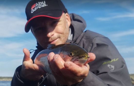 Jeg fisker ofte med små fluer som imiterer mysis. Dette er meget effektivt særlig på våren.