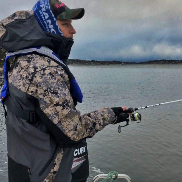 Bjørn Tore fisker sjøørret på Hvaler.