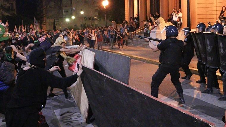 Efectivos de las fuerzas federales contra las manifestantes este domingo.