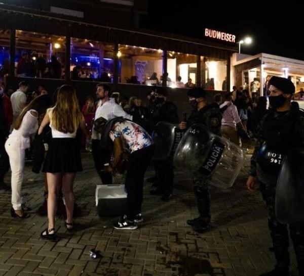 Durante la madrugada del 1º de enero, la policía tuvo que desalojar un balneario de Pinamar por no respetar los protocolos.
