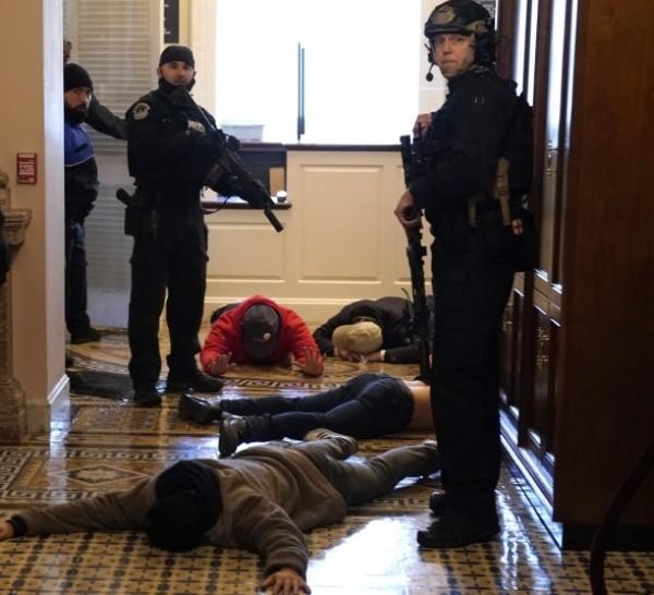 Las fuerzas de seguridad reprimieron a los manifestantes que irrumpieron en el Capitolio.