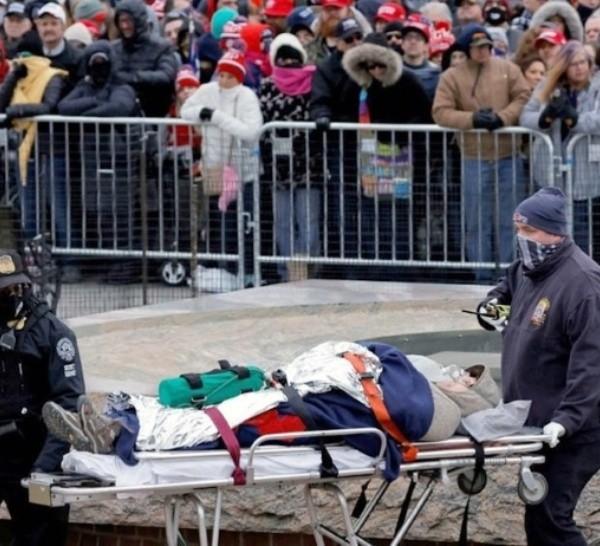La mujer abatida recibió un disparo en el hombroel interior del Capitolio.