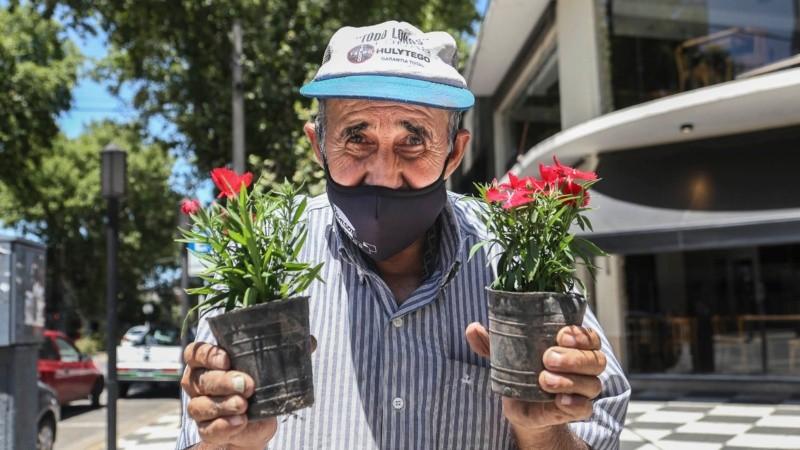 Nino vende plantines en San Martín y Lamadrid: Dios, Paraguay