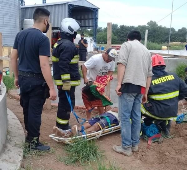 El momento del rescate tras el operativo de bomberos.