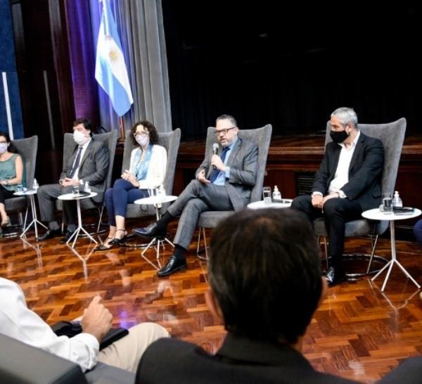 Del encuentro participaron funcionarios del Ministerio de Desarrollo Productivo,representantes de las principales empresas constructorasdel país y sindicalistas.
