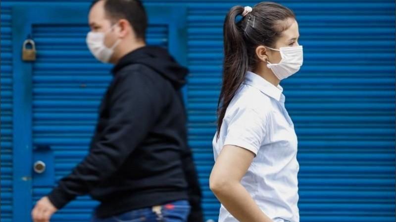 """Profesionales que niegan la pandemia: """"No creemos en el barbijo"""""""