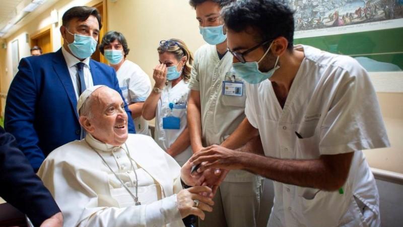 A 10 días de su operación, dieron de alta al papa Francisco