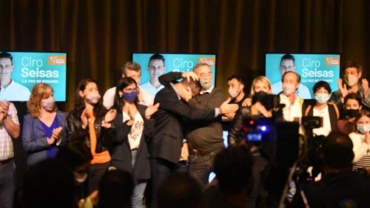El abrazo de Javkin y Ciro Seisas, ganadores de la noche en Rosario.