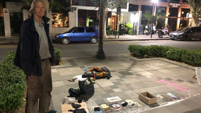 Le robaron su saxofón y se gana la vida dibujando en las veredas de Rosario