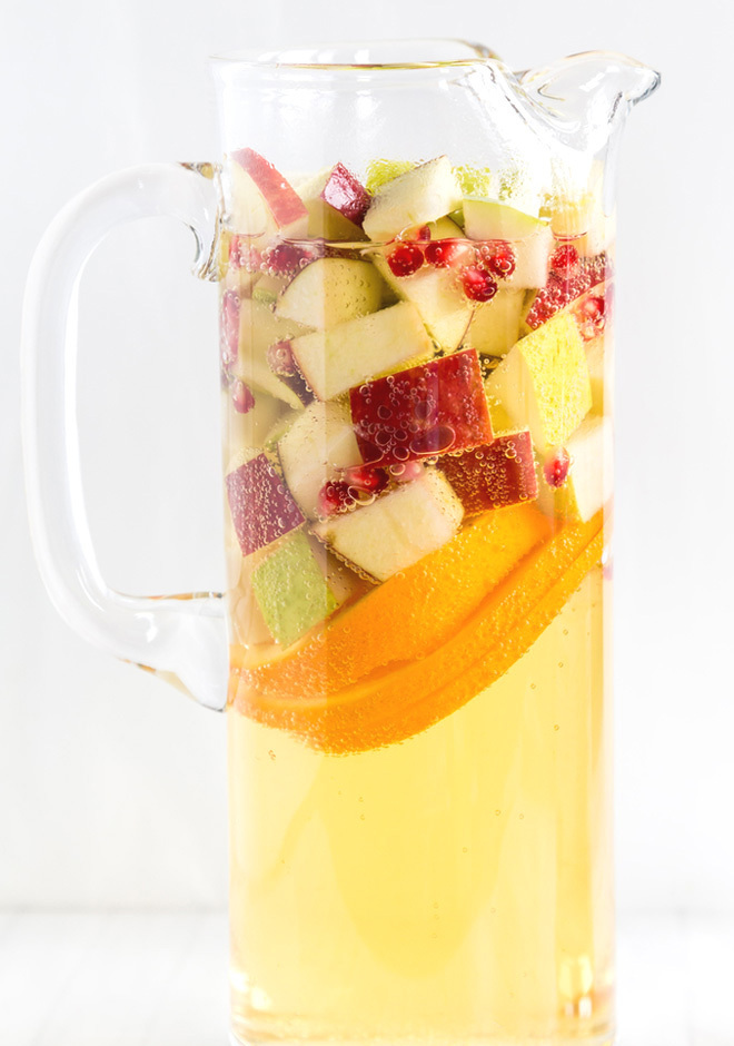 Non-Alcoholic Drinks for Thanksgiving - Non-Alcoholic Apple Cider Sangria | http://www.roseclearfield.com
