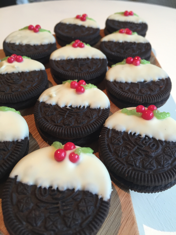 10 Cute Creative Christmas Cookies - 10-Minute No-Bake Christmas Pudding Oreo Cookies | http://www.roseclearfield.com